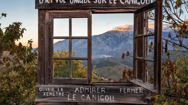 Fenêtre sur le Canigou